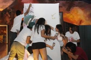 Los jóvenes artistas del Grado 12 del Taller de Dibujo y Pintura crean mural en honor a Ricardo Alegría
